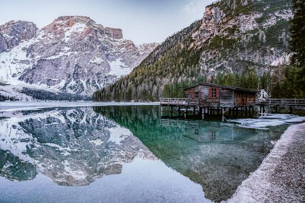 Brown lakeside cottage neben rocky mountain