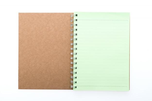 Brown-notizbuch mit grünen blättern