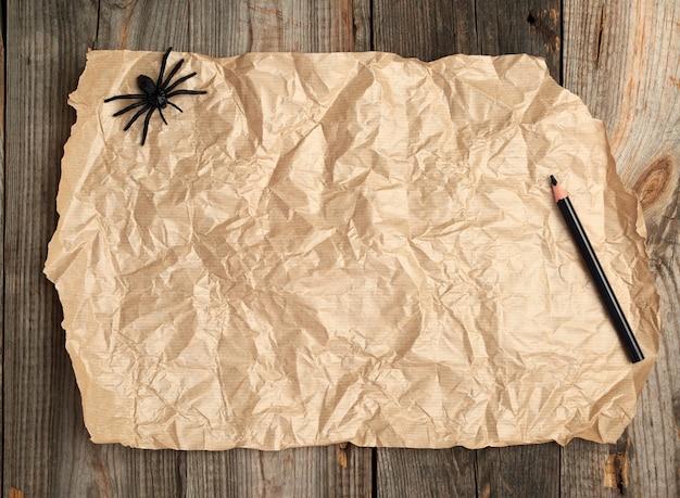 Brown-papier auf einer holzoberfläche von den alten brettern