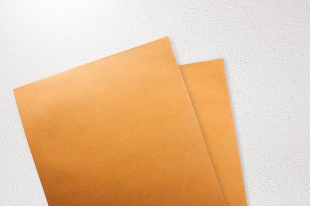 Brown-papierumschlag auf konkretem schmutzhintergrund