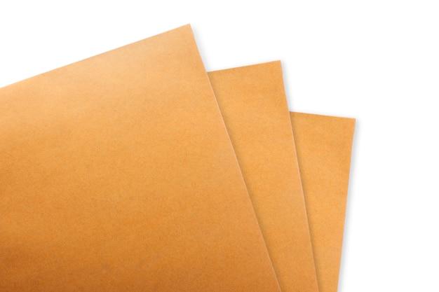 Brown-papierumschlag auf konkretem weißem hintergrund