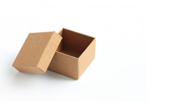 Brown-pappschachtel, welche die leere schablone herein lokalisiert auf weiß verpackt.