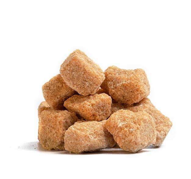 Brown raffinierter zucker unraffinierten auf einem weißen