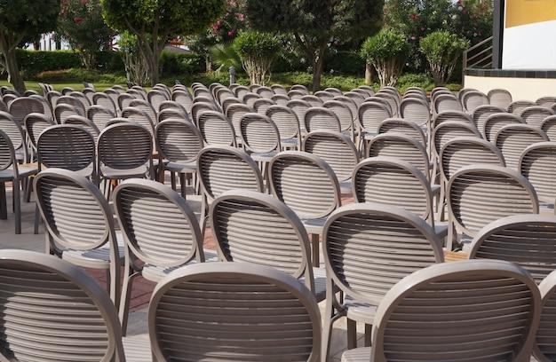 Brown-stühle stehen in einer reihe im schoß der natur, das konzept einer festlichen zeremonie