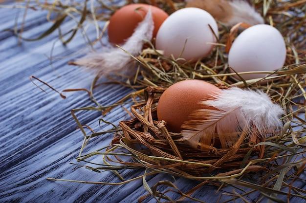 Brown und weiße eier auf hölzernem hintergrund