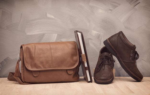 Brown vintage tasche mit leder buch und schuhe