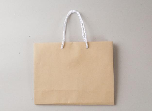 Brown-weißer hintergrund der einkaufstasche ein und kopienraum für normalen text oder produkt