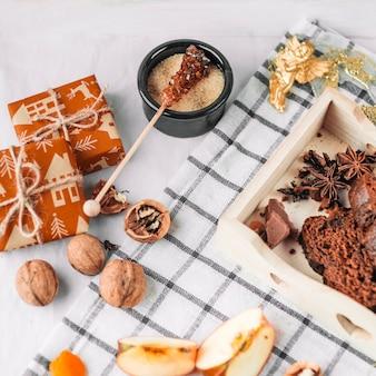 Brown-zucker auf stock mit geschenkboxen