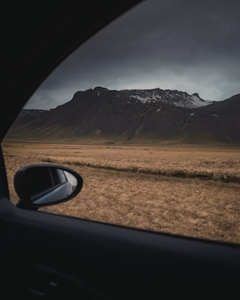 Brownfield schoss aus einem fahrzeug unter einem grauen, wolkigen und düsteren himmel