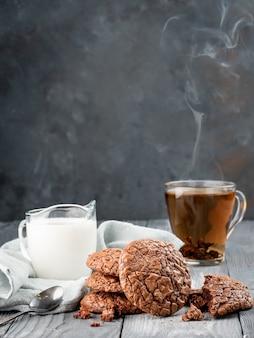 Brownie kekse auf einem holztisch mit tee und milch. kopieren sie platz.