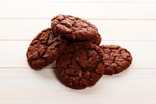 Brownies auf hölzernem hintergrund. ansicht von oben. süßes hausgemachtes gebäck weihnachtsbacken. nahaufnahme.