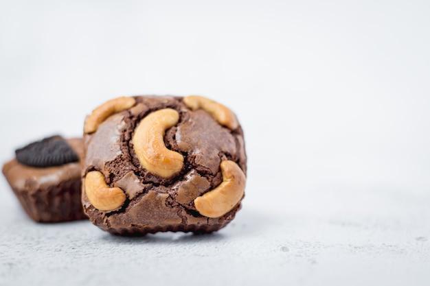 Brownies-kuchen auf weißem hintergrund für bäckerei-, lebensmittel- und esskonzept