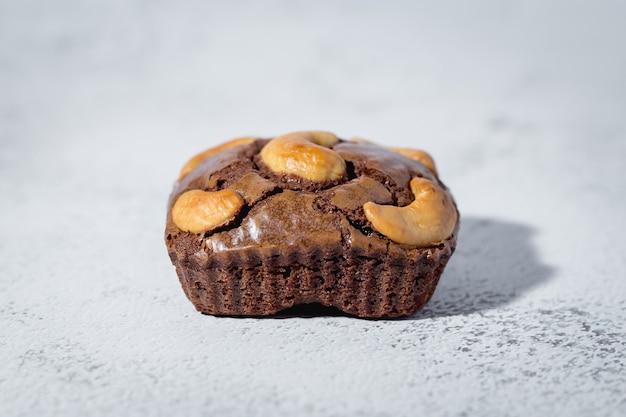 Brownies-kuchen auf weißer oberfläche für bäckerei-, lebensmittel- und esskonzept