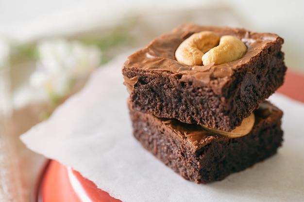 Brownies mit dunklem schokoladenfondant und cashewnüssen.
