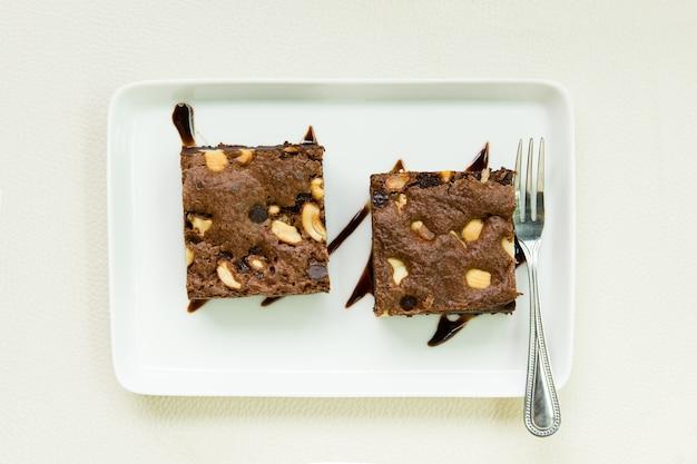Brownies mit mandeln im restaurant.