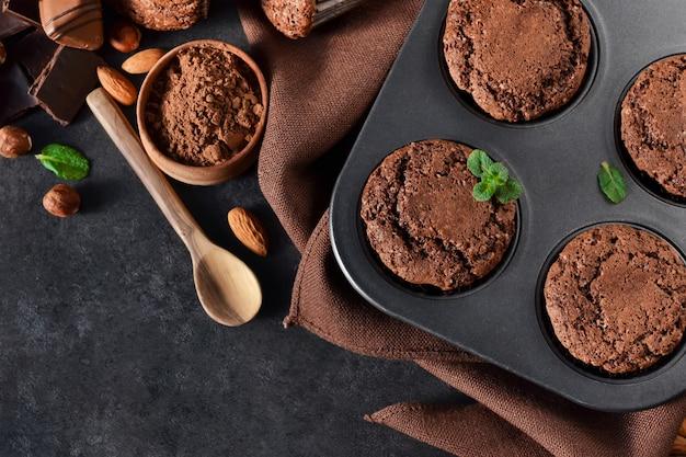 Brownies mit nüssen und schokolade auf einem schwarzen hintergrund