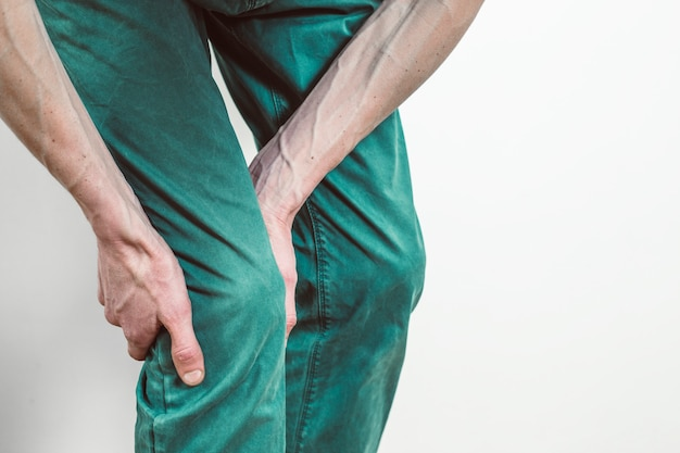 Bruch des meniskus. schmerzen unter dem knie eines mannes. entzündungsprozess des kniegelenks.