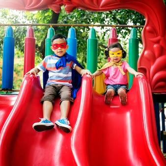 Bruder-schwester-mädchen-jungen-kinderfreude-spielerisches freizeit-konzept