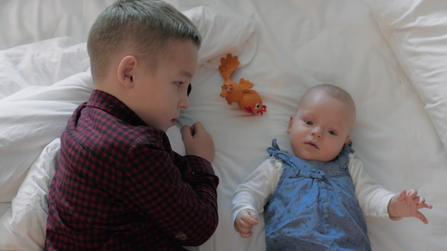 Bruder spielt mit babyschwester zu hause