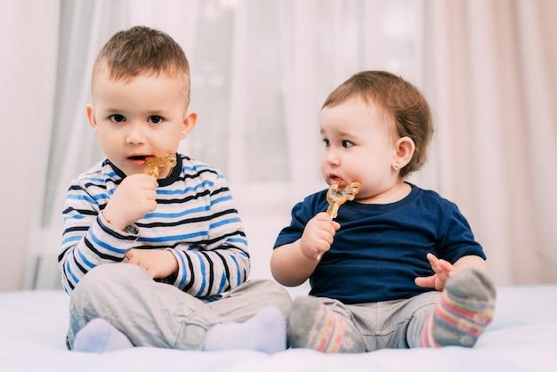 Bruder und schwester essen lutscher in form eines schwanzes sehr süß