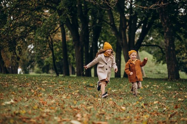Bruder und schwester haben spaß zusammen im park