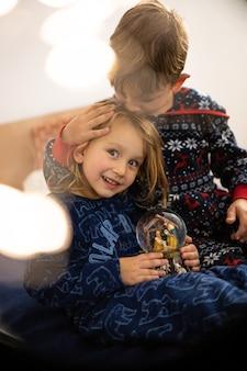 Bruder und schwester lesen buch im pyjama barfuß abendschlaf familie