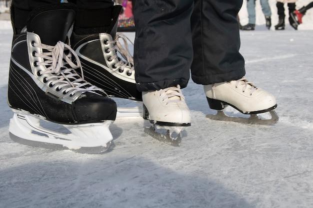 Bruder und schwester skaten auf zugefrorenem teich, platz für text