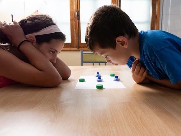 Bruder und schwester spielen zu hause ein spiel