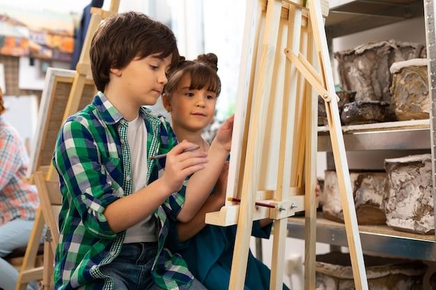 Bruder und schwester zeichnen gemeinsam in der kunstschule