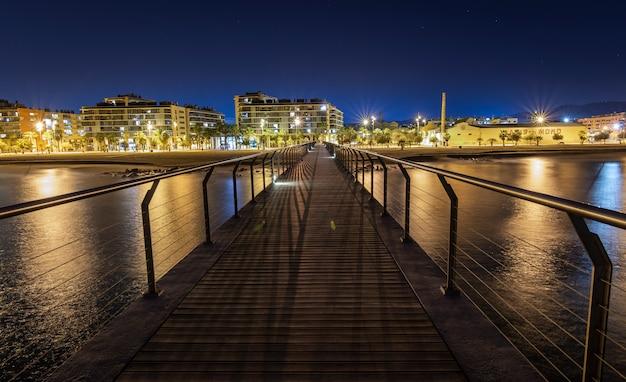 Brücke am strand bei nacht