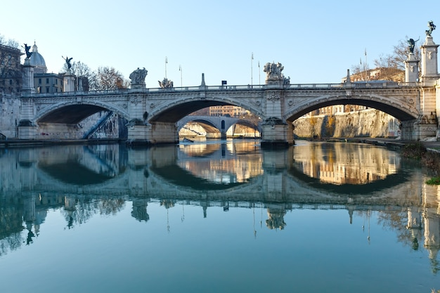 Brücke am tiber in rom, italien. morgenaussicht.