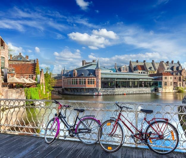 Brücke, fahrräder und kanal. gent, belgien
