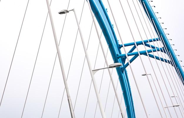Brücke mit laternen und blauen bogen