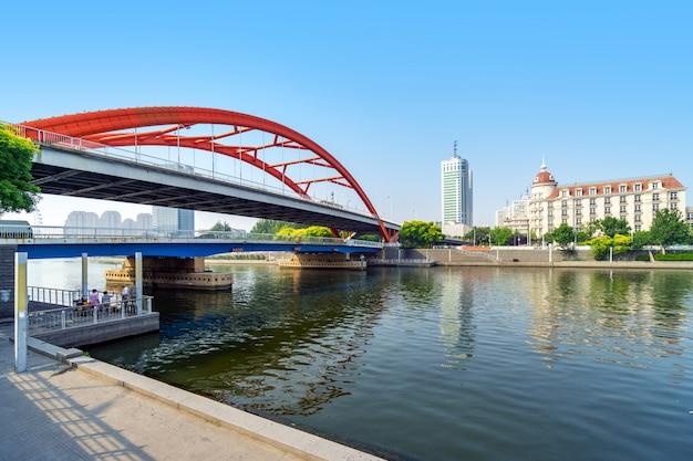 Brücke über das wasser und blick auf hohe gebäude