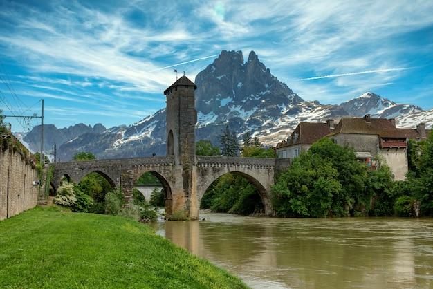 Brücke über den fluss gave de pau in orthez und pic du midi ossau in frankreich