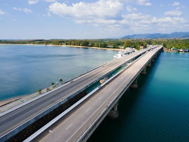 Brücke über den fluss. Premium Fotos