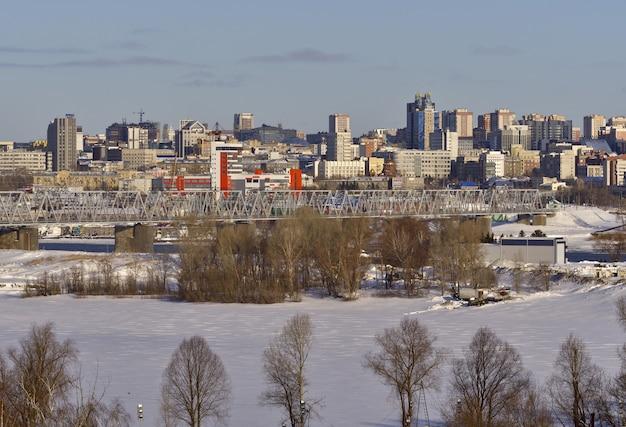 Brücke über den ob auf dem hintergrund der mehrstöckigen hochhäuser von nowosibirsk