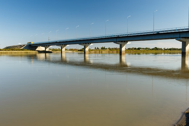 Brücke über den syr darya fluss, zhosaly, provinz kyzylorda, kasachstan.