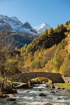 Brücke über die gave de gavarnie. französische pyrenäen