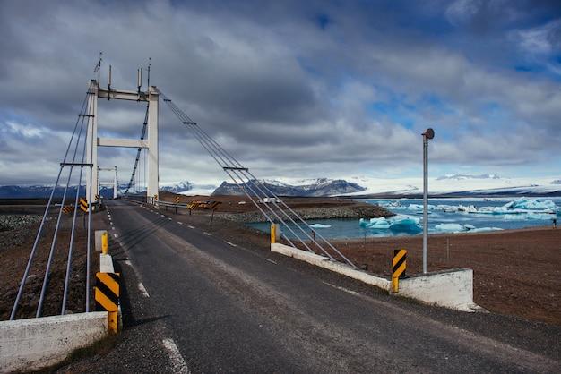 Brücke über einen kanal zwischen der lagune von jokulsarlon und dem atlantik