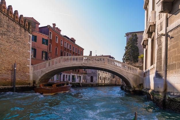 Brücke über einen von gebäuden umgebenen kanal