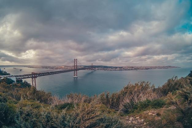 Brücke von lissabon in der mitte des flusses
