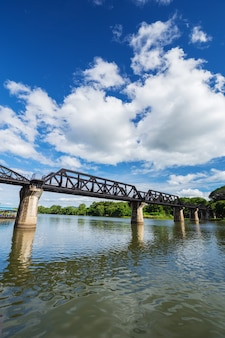 Brücken-fluss kwai mit himmel in kanchanaburi, thailand