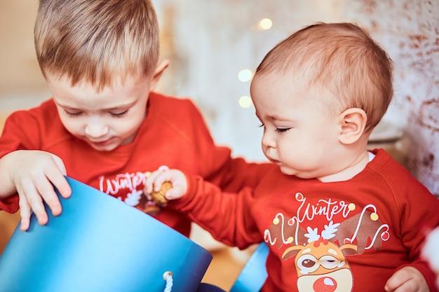Brüder packen ein geschenk aus