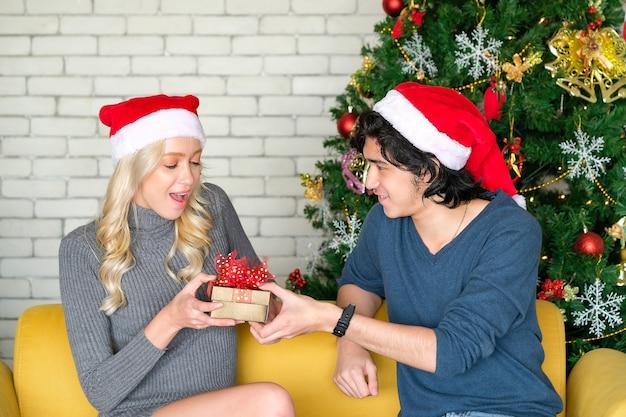 Brüder und schwestern geben an weihnachten geschenke