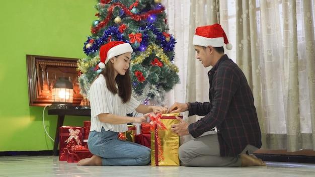 Brüder und schwestern öffnen geschenke am weihnachtstag zu hause