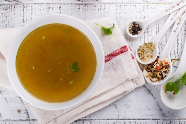Brühe suppe aus rindfleisch