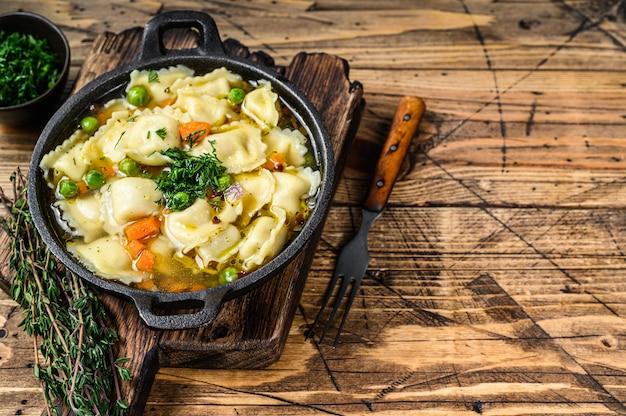 Brühe suppe mit ravioli knödel nudeln in einer pfanne