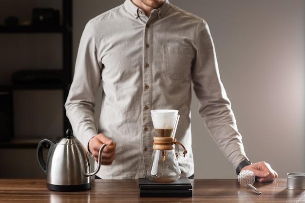 Brühen übergießen stil der kaffeezubereitung tropft mit blasen. alternative methoden zur kaffeezubereitung. schöne nahaufnahme oder zubereitung von morgenkaffee. kaffeeindustrie. coffeeshop-konzept