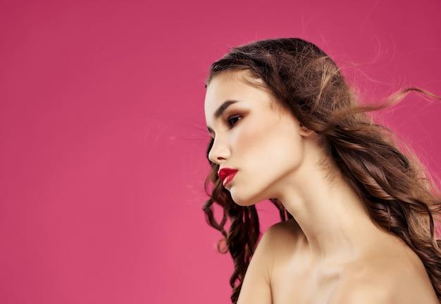 Brünette attraktiver look luxus rosa hintergrund